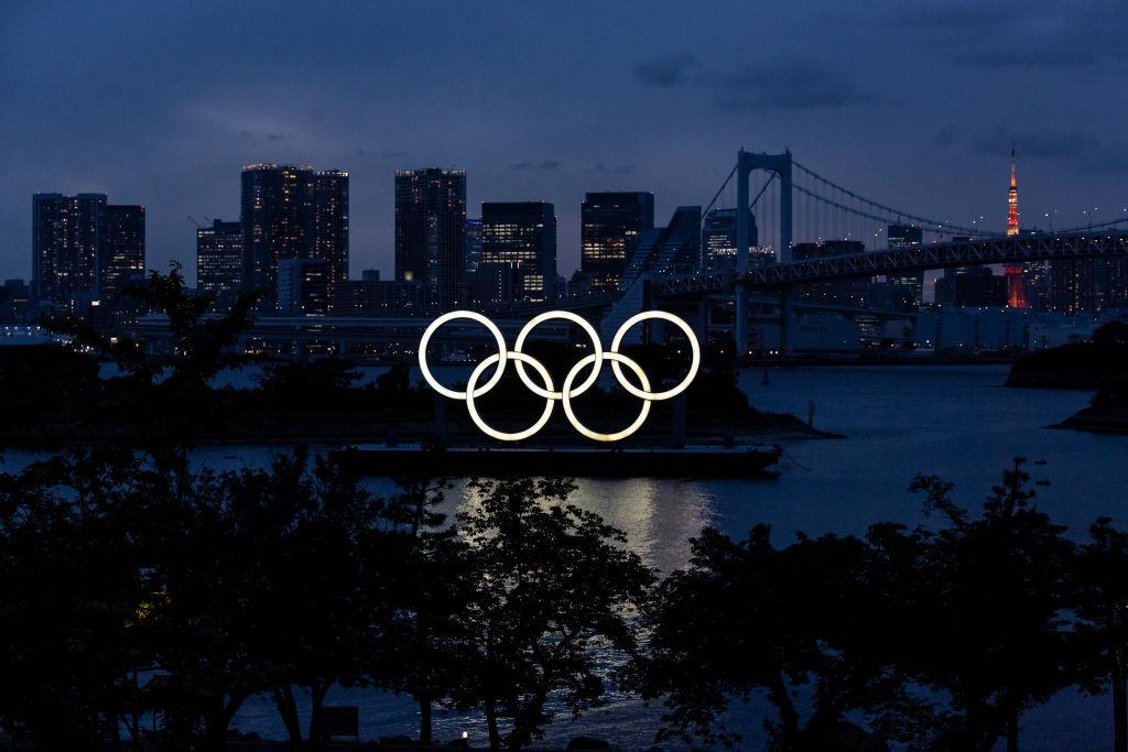 El logo de los anillos olímpicos en la noche de Tokio
