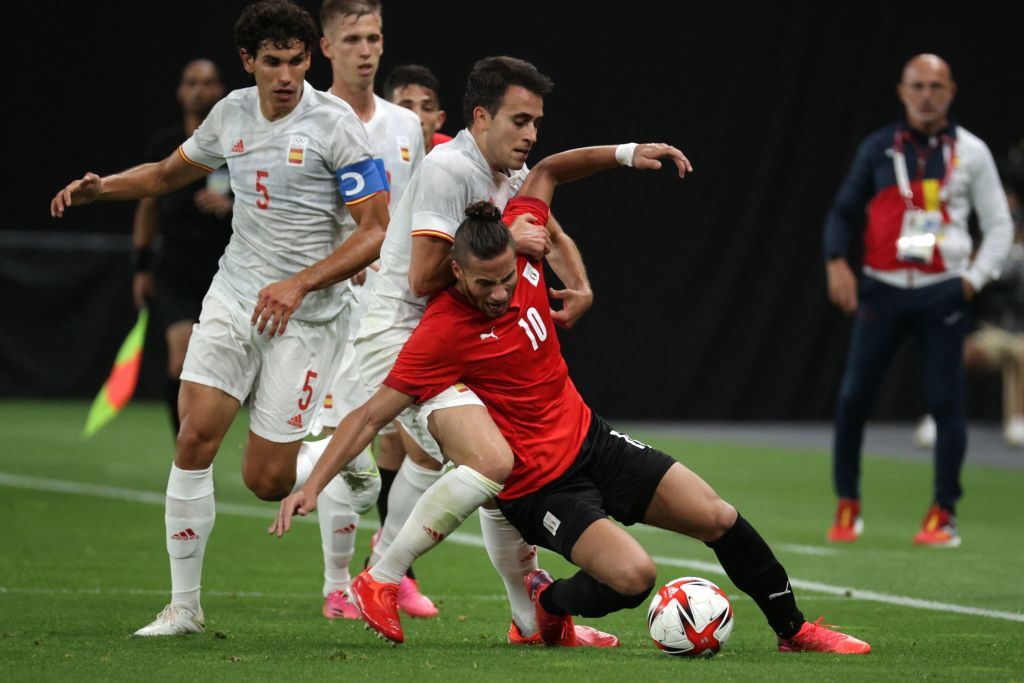 Ramadan Sobhi resiste la carga de un español en el partido jugado en Sapporo